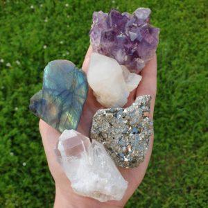 mineraux-pierres-naturelles-cristaux-collection-lot-litho-bienfaits-amethyste-pyrite-quartz-precieuse